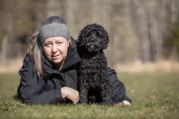 Porträttbild av Carita med hunden Sirre